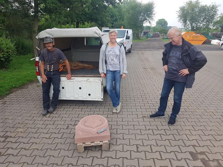 Steinmetzmeister Ralf Erben, Heike Heinze und Wilhelm Dietzel bei der Anlieferung des Wappensteins, vlnr; Foto: VfKuHH