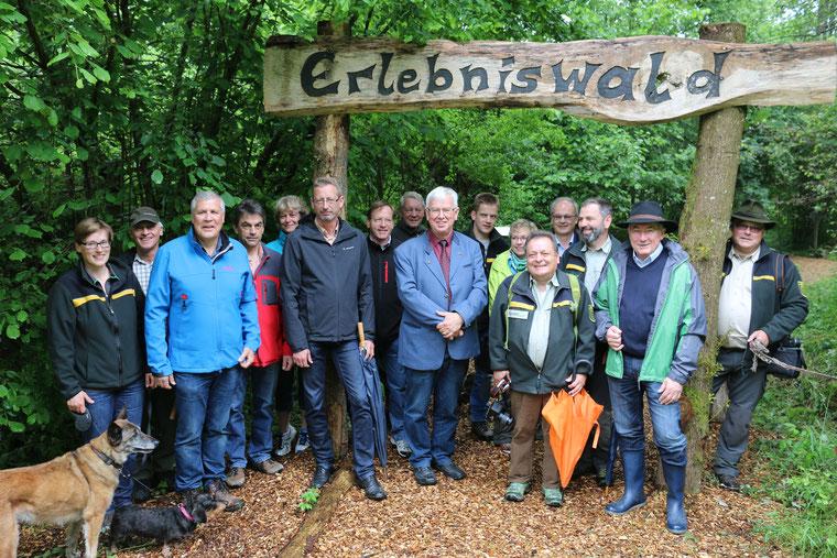 Übergabe der Brutbeobachtungsstation, Gruppenfoto an Eingang des Erlebniswaldes in Ochsenhausen