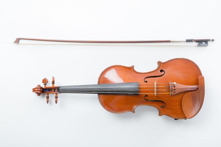 バイオリンの画像を切り抜く。直線のみならず曲線もや入り組んだ構造もあることからパスを作るのは少々面倒くさい。