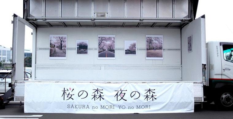 トラックの荷台を改造した移動写真展で各地を巡っている。厳選された6枚の写真が強く胸を打つ。 photo by Yuji HISA