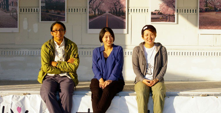 宮本(右)と共同で代表を務めるMUSUBUの末永早夏(中)、そして、今回の写真を担当した写真家の白井亮(左)。3人とも小名浜の出身だ。