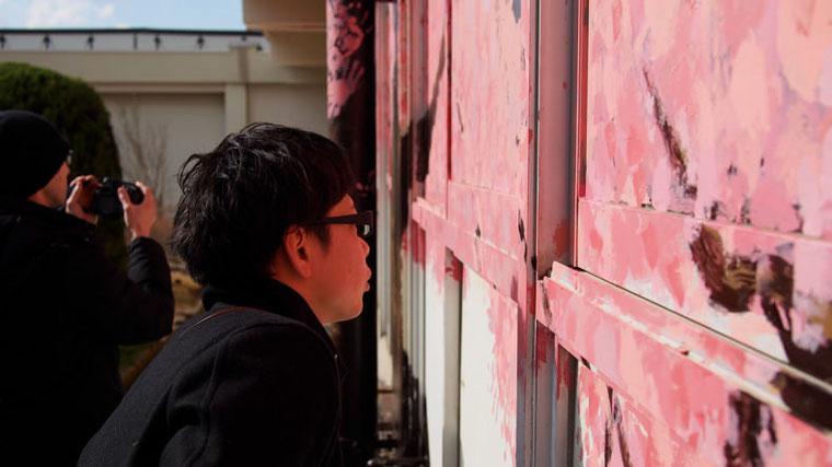 小名浜のオクリエを描いたuntangle.  興味深そうにオクリエに見入っていた。