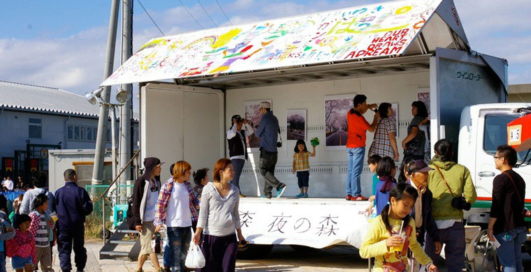 小名浜のアクアマリンパークで開催された「みなとフェスティバル」にも、移動写真展が登場。多くの人たちが桜を見に集まった。