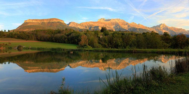 Etang de pêche du Marais, à Mens, dans le Trièves. Reflets du Chatel, de l'Obiou et du Grand Ferrand