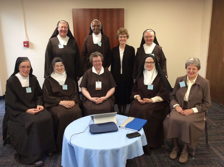 Sr. Teresa Benedicta (Deutschland),  Sr. Dawn Marie (Guam),  Sr. Rebecca (Australien), Sr. Virginia Mary (USA), Sr. Allain (UK) (untere Reihe v. l.n.r); Sr. Johanna (Deutschland), Sr. Bendina (Kenia), Sr. Sally (UK),  Sr. Jennifer (Australien)