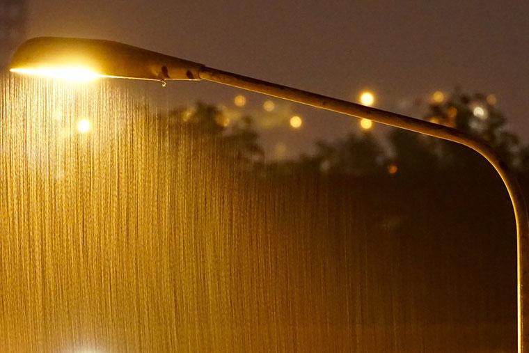 Vallende regen in licht lantaarnpaal