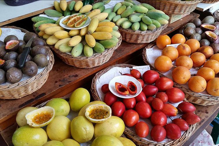 Heldere kleuren, gemakkelijk aan te passen na het fotograferen in RAW kwaliteit, fruit op de markt in Faro