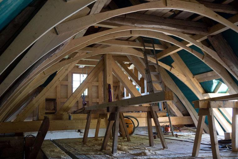 Blick unters Kirchendach: Anhand der Holzkonstruktion ist hier bereits die Konstruktion für das neue Tonnendach zu erkennen. Foto: KBV