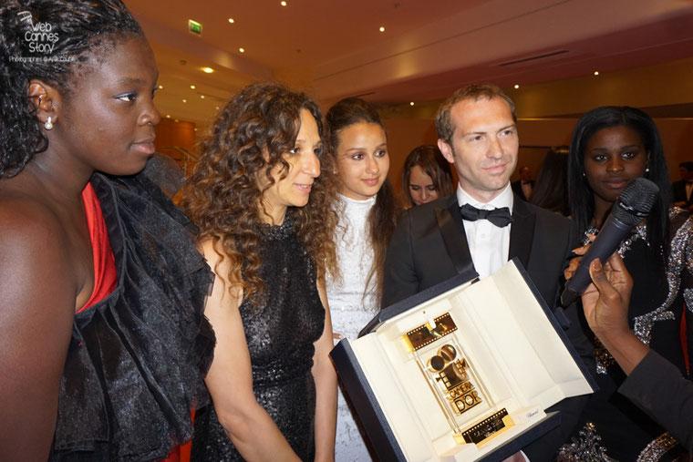 """Houda Benyamina, Caméra d'or pour  """"Divines"""" et  son producteur Marc Benoit Créancier, entourés des actrices du film- Festival de Cannes 2016 - Photo © Anik Couble"""