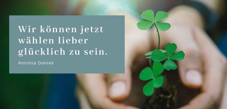 """Gastbeitrag von Antonia Daniek zu """"Jetzt ist unendlich"""" Lieber glücklich im Jetzt #Glückseligkeit #Glücksmoment"""