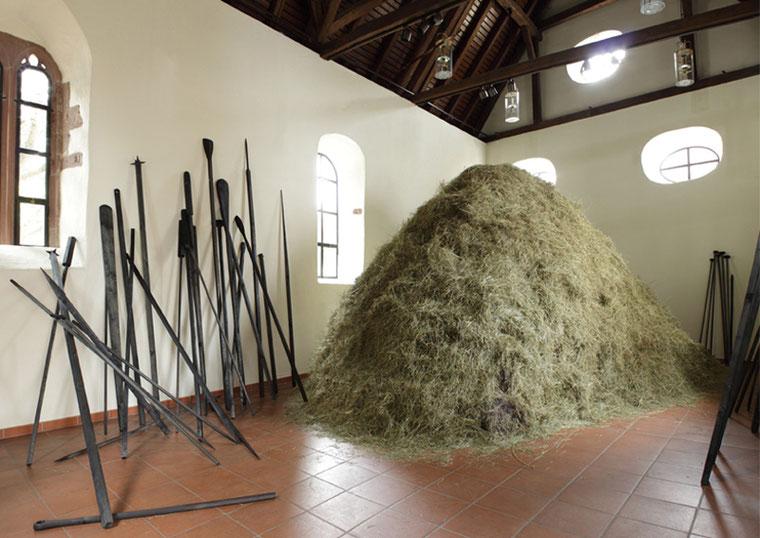 """""""Heu"""" - 2012 - Situation: Wendelinskapelle, Kunstforum, Weil der Stadt"""