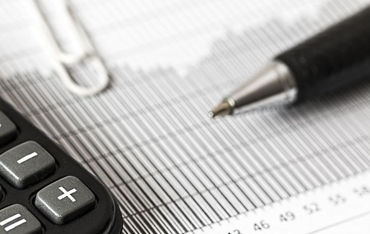 Taschenrechner, Tabelle und Stift
