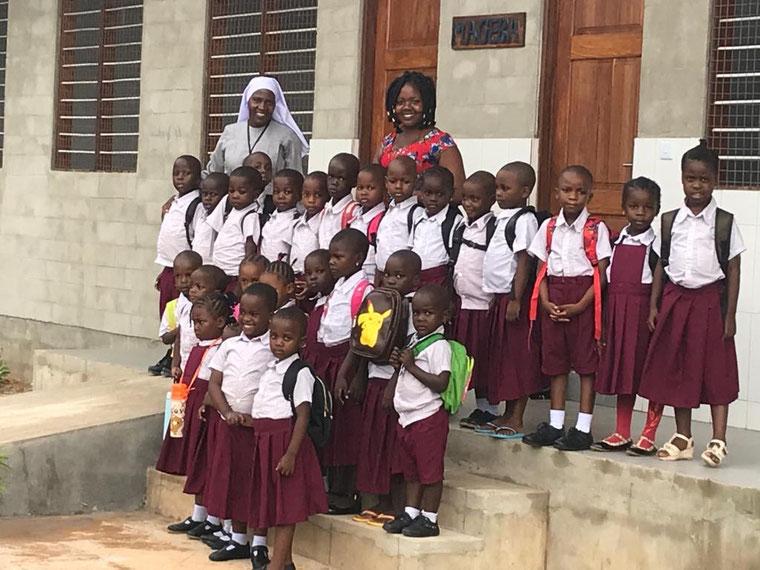 Die neue Grundschule hat den Betrieb im Januar aufgenommen. Die Fotos zeigen die Klassenräume, das Internat, die Direktorin Schwester Rita und die erste Schulklasse am 7. Januar.