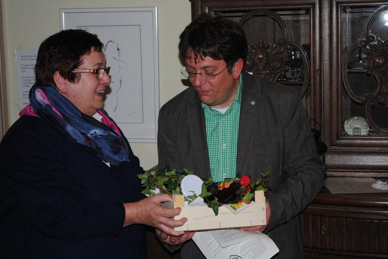 Die Vorsitzende des Landfrauenvereins Stotel Ingrid Tienken  dankt Pastor Sebastian Ritter für seine interessanten Ausführungen über den Islam.