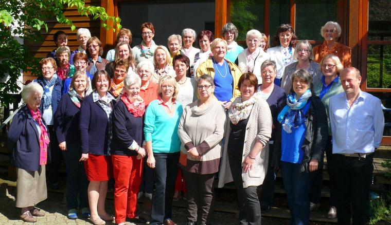 45 Teilnehmerinnen nahmen am Gesundheitstag der Landfrauen in  Kramelheide  teil  rechts vorn Rainer Bischoff und Barbara Harms, dahinter Helga  Silber