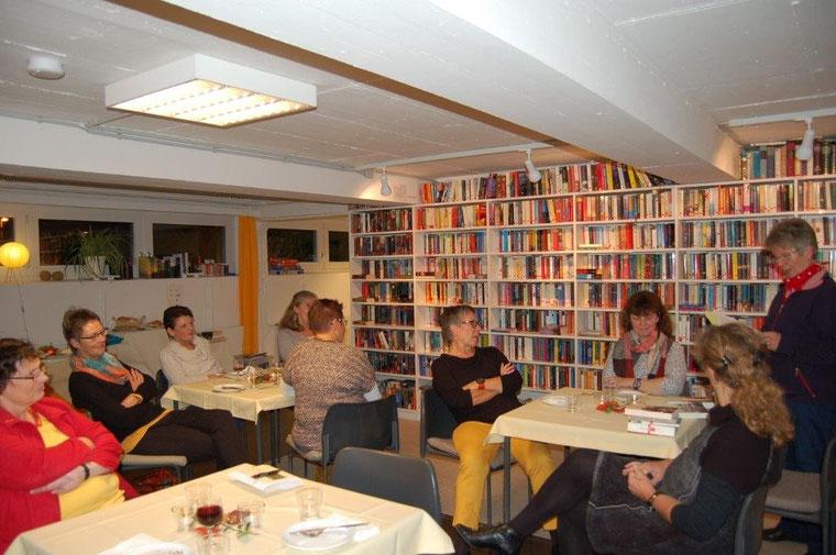 Im gemütlichen Kreis konnten die Beverstedter Landfrauen den  Leseladenbesuch und die Buch- und Autorenvorstellungen genießen.