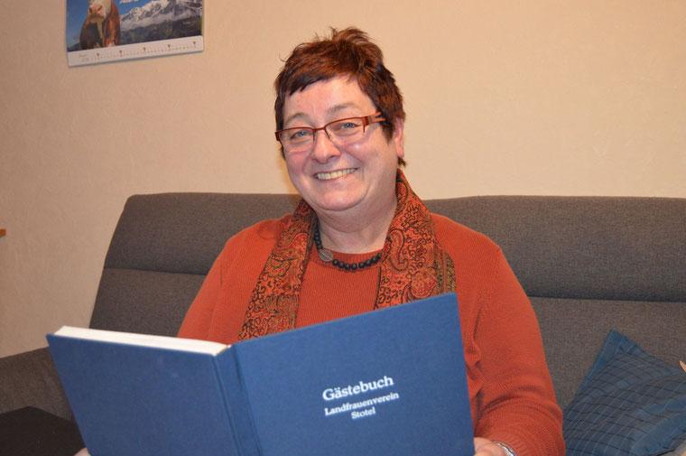 Beim Blick in das Gästebuch des Landfrauenvereins Stotel und Umgebung werden Erinnerungen an eindrucksvolle Begegnungen und informative Vorträge wach. Ingrid Tienken steht für eine Wiederwahl nicht zur Verfügung.