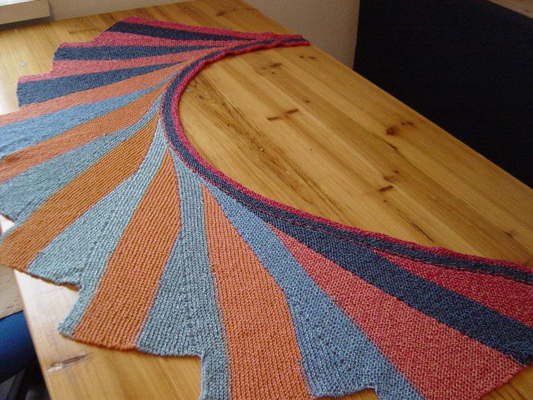 schönes Tuch aus einem Bobbel gestrickt mit verkürzten Reihen