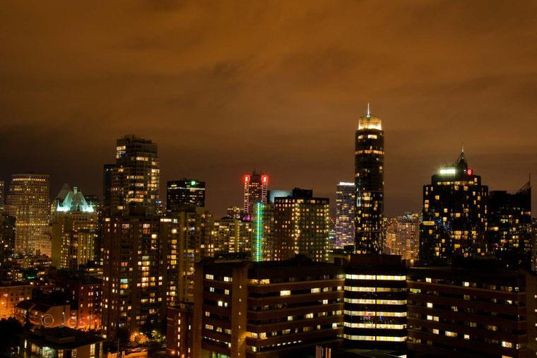 Skyline Vancouver City im Licht der Straßenbeleuchtung