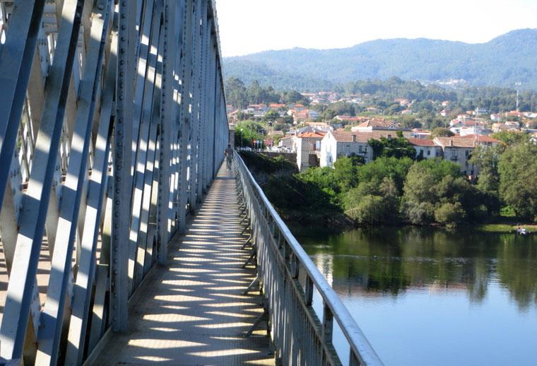 Vienoje tilto pusėje - Portugalija, kitoje - Ispanija - piligrimų kelias į Santjago de Kompostelą