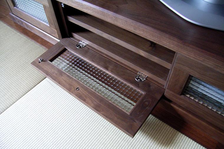 畳の部屋に似合うクラシカルなテレビ台(相模原市・E様邸)フラップ扉