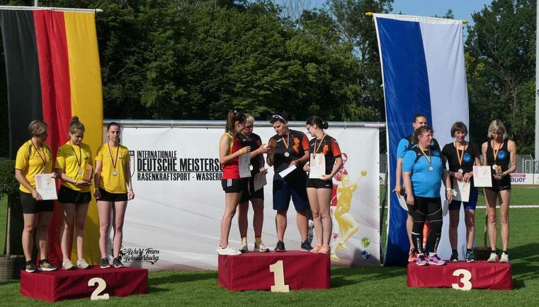 Rechts die lachenden Bronzemedaillengewinnerinnen - v. l. n. n. Ulrike Schiele, Katharina Schiele, Renate Ansel und Petra Koliwer.