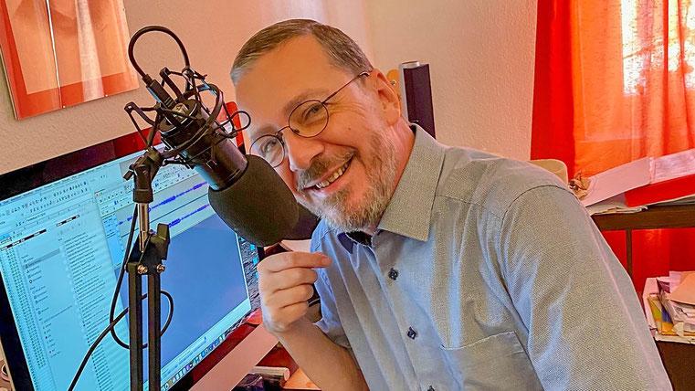 Pfarrer Arne Tesdorff bei Aufnahmen für Radioandachten, Foto: privat