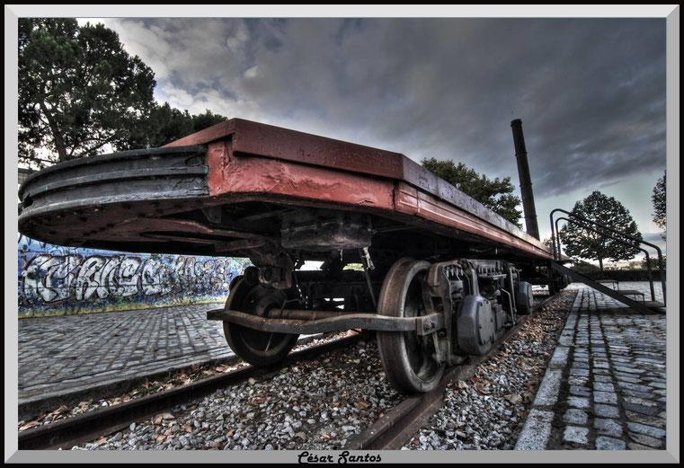 Plataforma de vagón antiguo. Graffiti HDR. Vagón de tren antiguo. Parque Tierno Galván. Madrid