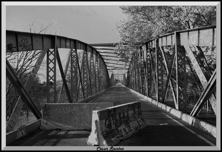 Laguna de las madres. Puente de hierro. Separadores de carretera con graffiti