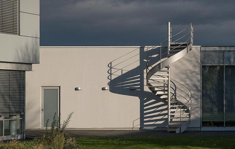 Im Test: Architekturfotografie mit SONY Alpha 7s2 und LEICA Elmarit-M 2,8/90 mm sowie NOVOFLEX NEX/LEM-Adapter. Foto: Klaus Schoerner