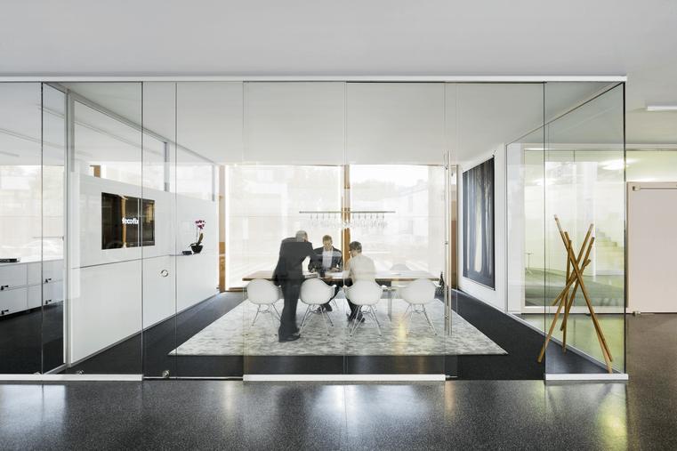 feco Systemtrennwände in der Region Stuttgart werden realisiert von Wienss. Innenausbau und Objekteinrichtungen. www.wienss-innenausbau.de - Besprechung mit System