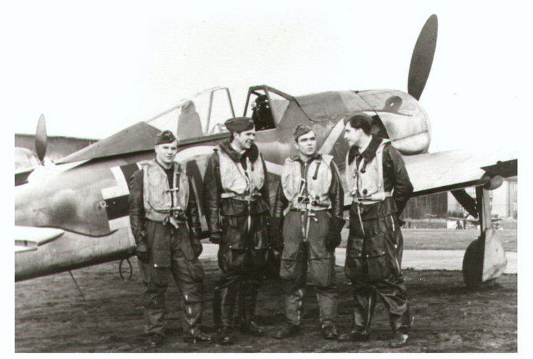 Fw 190 A/8  and his pilot : Heinz Natzinger ( second from right ) - immagine a solo scopo illustrativo