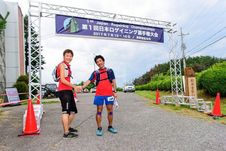 24時間の競技を終えてフィニッシュする柳下・山田チーム