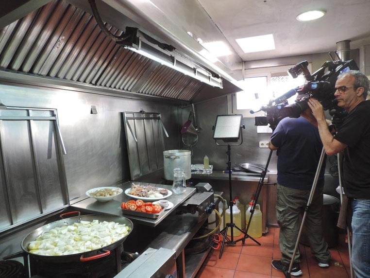 Los cámaras de RTVE, en la cocina del Marino Rotes, durante la grabación del reportaje para #somosdietamediterranea
