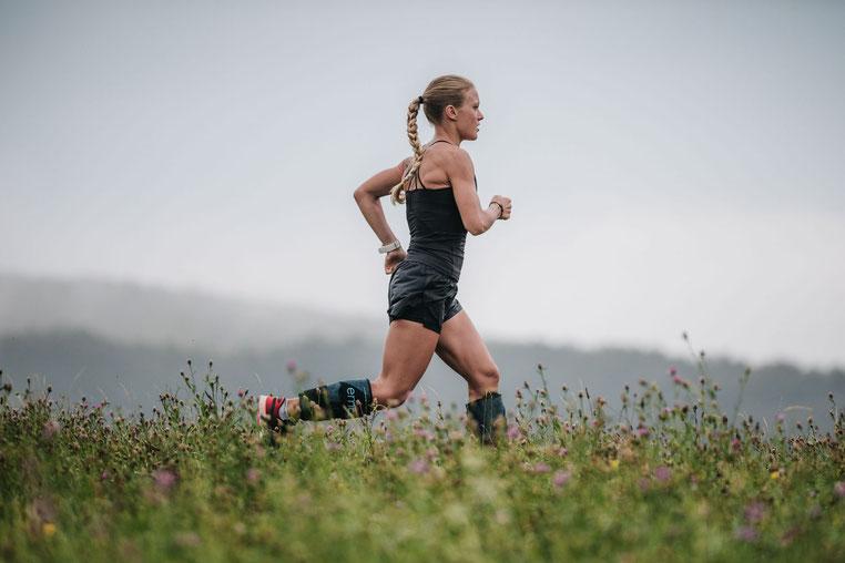 emcools sports Julia Mayer regenerieren cooling kälte Wien sophienalpe Läuferin blond Frau laufen Wien wiese track trail run running österreich