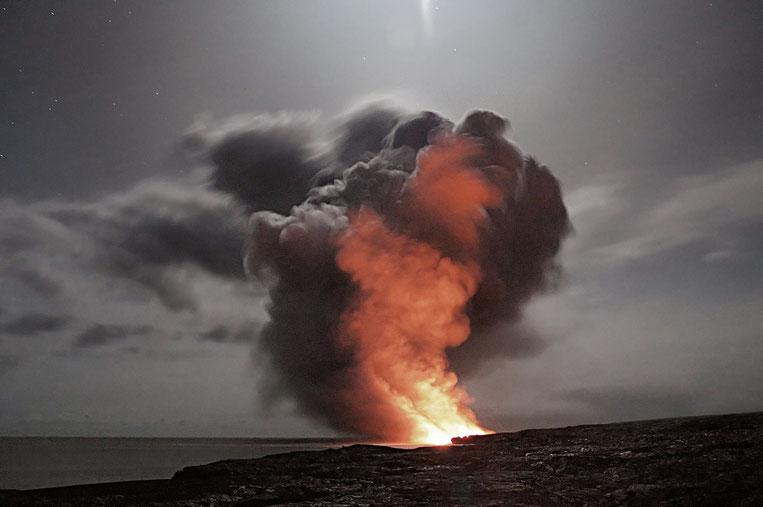 fuego en la playa con nubes de humo