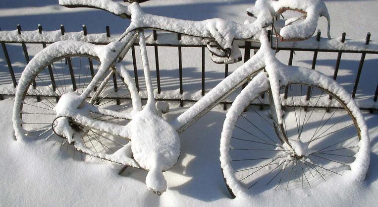 Fahrrad unter Schneedecke