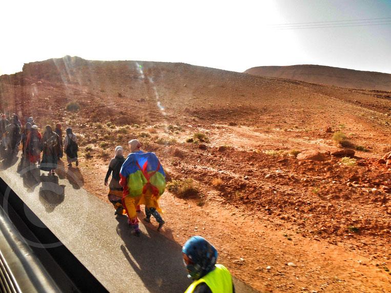 Berberi in marcia verso Rabat per protestare pacificamente per il riconoscimento della loro lingua - Tinghir, Marocco