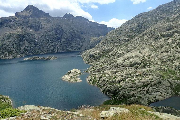 Le lac est dominé par le Pico Serrato (2881m).