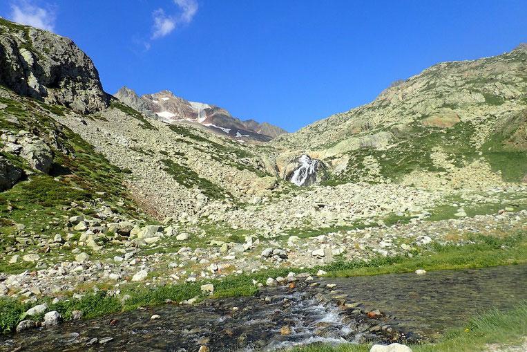 Au bout du lac, petit bain de pied avec vue sur les Pics d'Enfer.