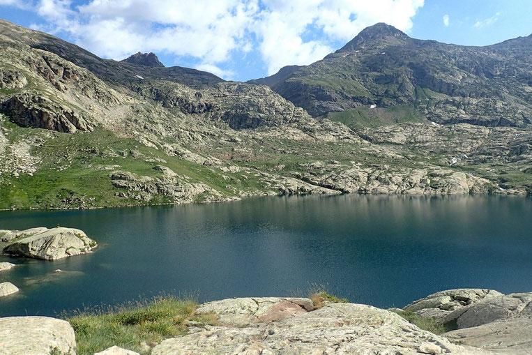 Le bord du lac est difficilement accessible. A part peut-être ici sur la partie Nord.