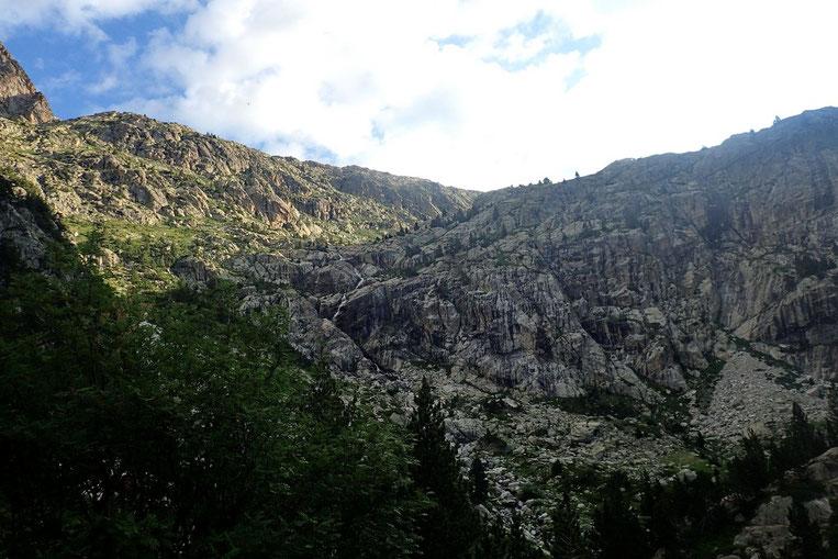 Le dernier mur à franchir par la gauche. C'est aussi un terrain de jeu pour les alpiniste.