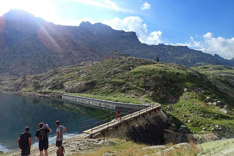 Voilà la partie basse du Lac Bachimaña. Avec son refuge.