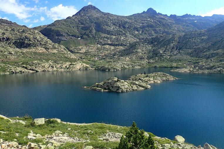 Et son ile. J'hésite entre une halte au bord de ce lac et la poursuite de la rando jusqu'au Lac Bramatuero (100m de dénivelé en plus).