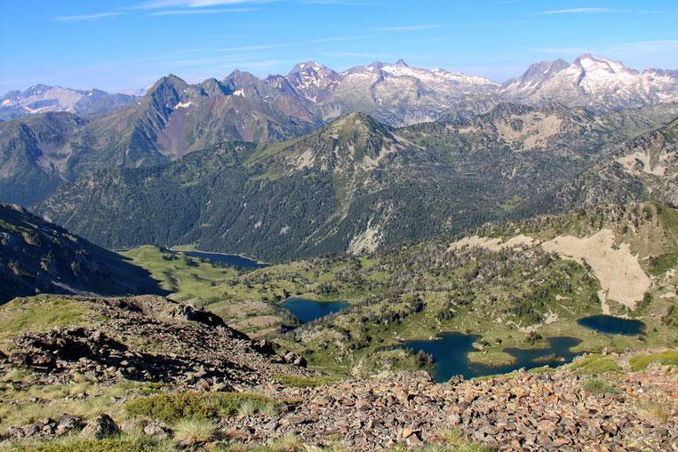 En bas, les Lacs de Bastan, et plus loin le Lac de L'Oule.