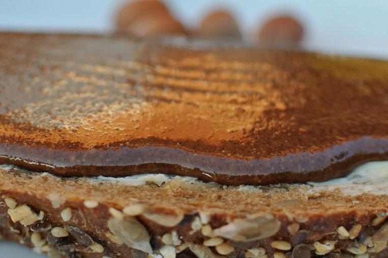 Haselnuss-Schokoladen-Mus auf Brot