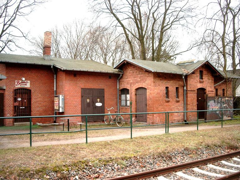 Das Nebengebäude mit Gaststätte (links) sowie Toiletten (rechts) im Jahre 2004 (Aufnahme Margit Mach, Zernsdorf)