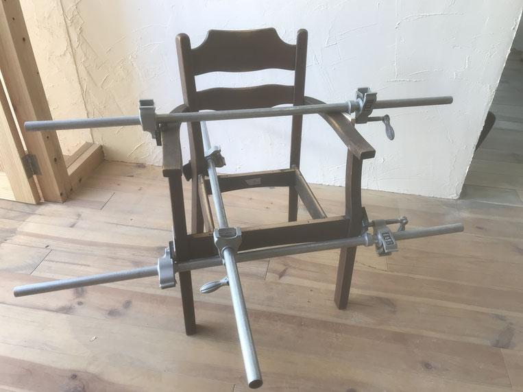 クランプを使い食堂椅子の修理