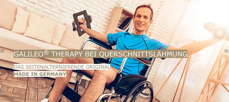 Rollstuhlfahrer der im Sitzen mit Galileo Vibrationshantel Mano 30 trainiert