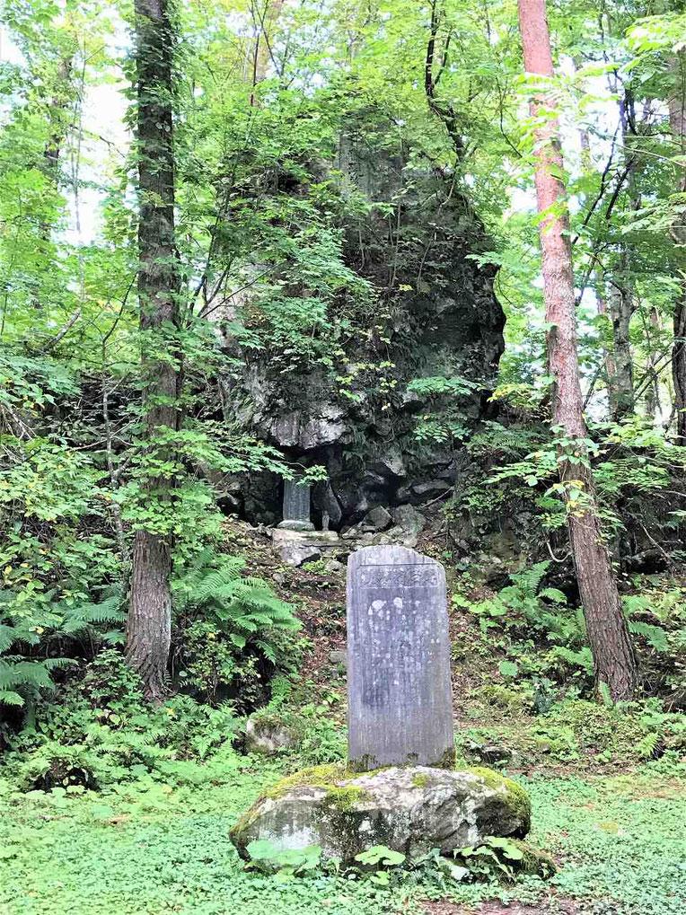 遠藤現夢の墓の周辺は開けています。